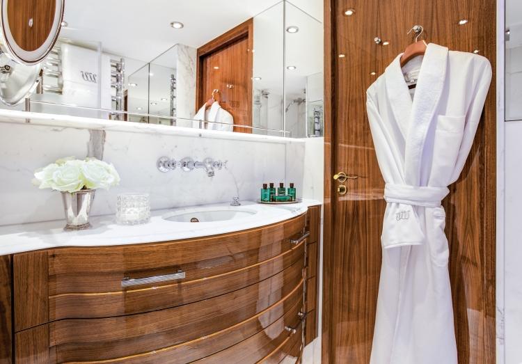 uw-jdv-stateroom-bathroom-4539